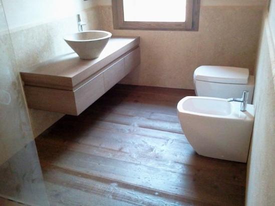 pavimento in rovere trapa, sanitari hatria e mobile su disegno
