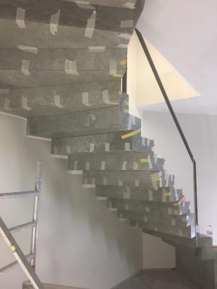 scala rivestita sopra e sotto con lastre a basso spessore