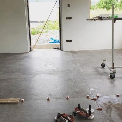 fase di posa in opera lastre 120x280 Matières gris abitazione privata Piacenza