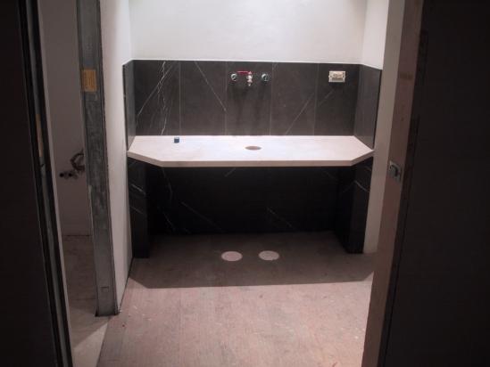 pavimento in parquet di rovere e rivestimento in gres con piano in marmo su misura