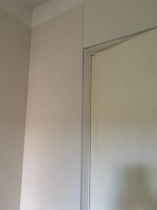 particolare stipite porta con lastre magnum