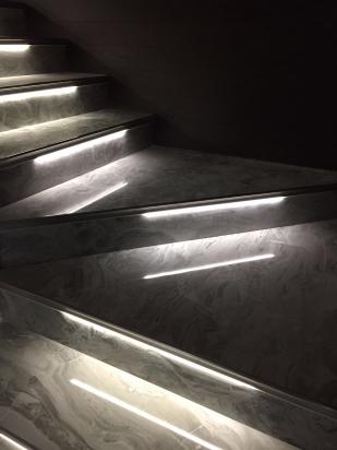 scala in gres I marmi di Rex con profilo e luce led di schluter system