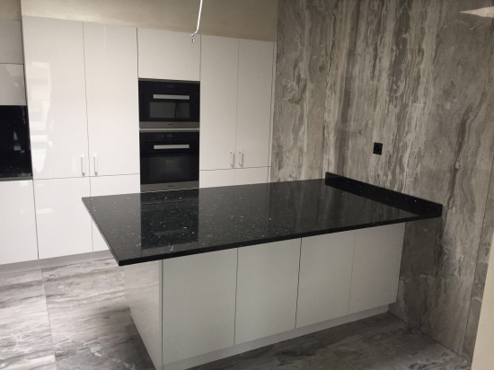 piano cucina e rivestimento in lastra 120x280 Rex lavoro effettuato in Svizzera