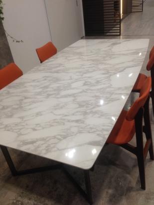 tavolo realizzato su misura con lastra in gres lucido