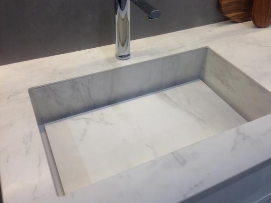 Piano lavabo bagno realizzato in lastra Lasa come il rivestimento bagno