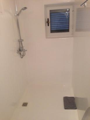 particolare di bagno in resina