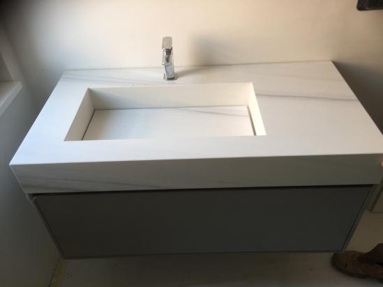 piano lavabo con lastra Lasa uguale al rivestimento bagno