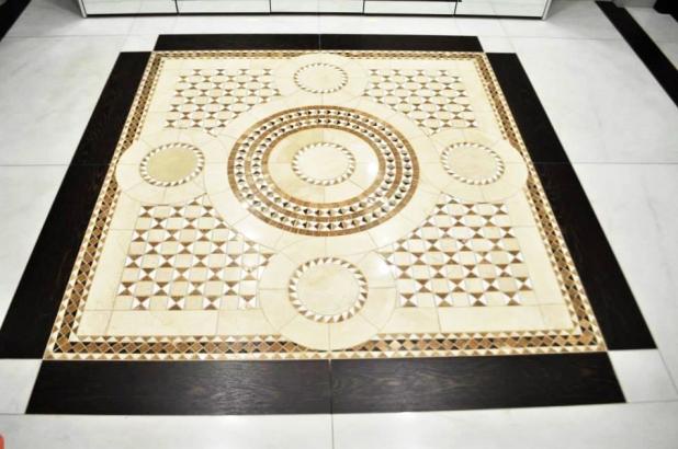 ingresso casa con tappeto in mosaico di marmo su misura