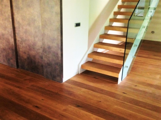 scala realizzata in Rovere come il pavimento in plancia